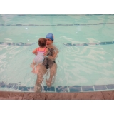aula de natação para bebês