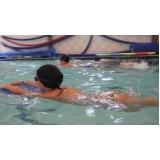 aula de natação para intermediários
