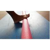 aula de pilates com rolo